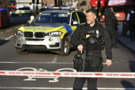 Londra, sparatoria su London Bridge: un morto. Sui social il video choc