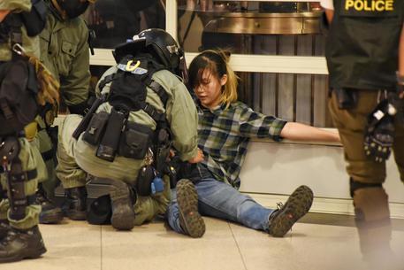 Proteste, morto lo studente 22enne caduto da un parcheggio