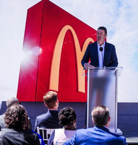 Il Ceo di McDonald's si dimette per relazione con una dipendente