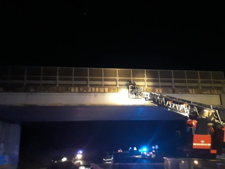 Cadono calcinacci, chiuso ponte Sardegna