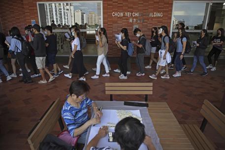 Accoltellato deputato pro-Cina a Hong Kong, insiste la protesta