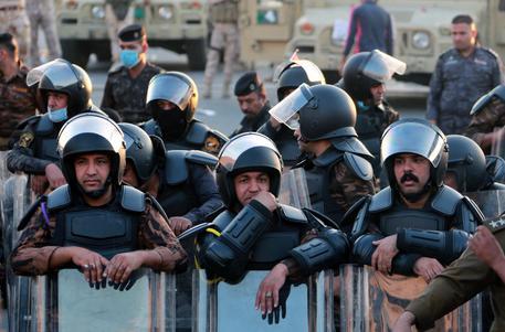 Iraq, manifestanti assaltano ambiasciata Usa: in fuga il personale