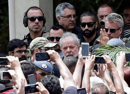 Brasile, l'ex presidente Lula è fuori dal carcere
