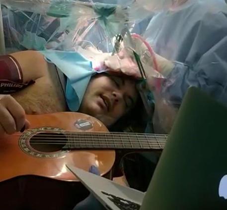 Torino, musicista 35enne suona mentre viene operato al cervello per un tumore