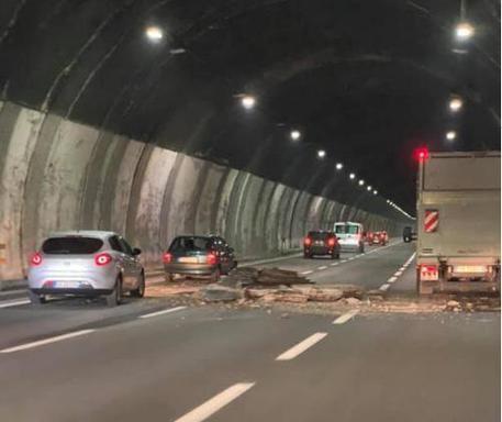 Foto pubblicata dal profilo Facebook di Monica Acerbi che documenta la caduta di alcuni calcinacci dalla galleria Bertè, in A26 in direzione Genova © ANSA