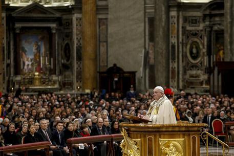 Papa Francesco strattonato da una fedele: la prende a schiaffi per liberarsi