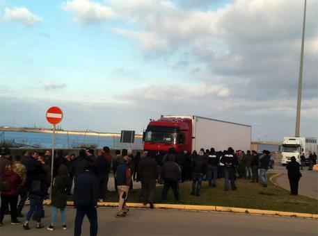 Latte: pastori sardi bloccano tir in scalo P.Torres