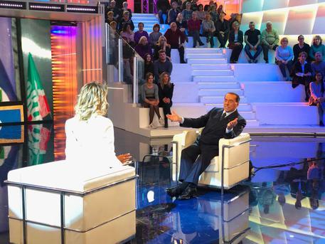Berlusconi, show in tv e insulti agli italiani: 'Siete dei pazzi'!