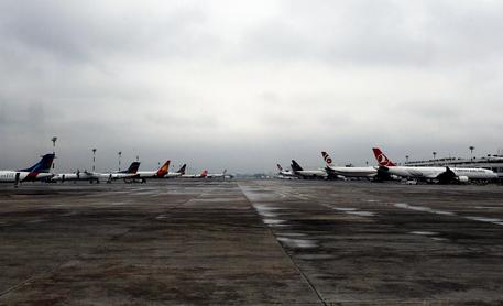Tentato dirottamento aereo per Dubai: un morto, atterraggio emergenza in Bangladesh