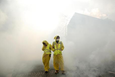 Gilet gialli: incendiato palazzo sugli Champs-Elysees, le ultime notizie