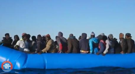 Un fermo immagine del video pubblicato da Mediterranea Saving Humans su Twitter © ANSA