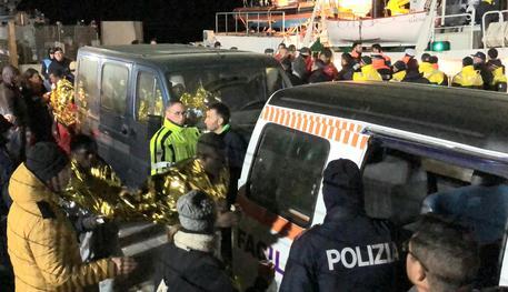 Mare Jonio sbarca i migranti a Lampedusa. La magistratura (finalmente) batte un colpo?