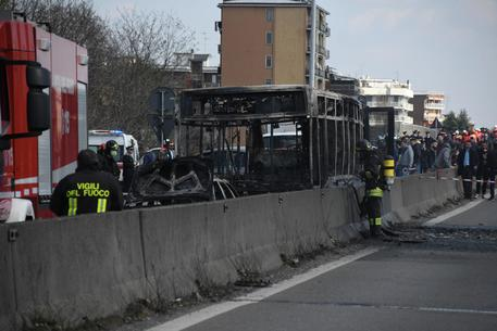 Italy driver hijacks, torches bus full of children
