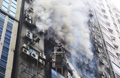 Incendio edificio a Dacca: due morti e 34 feriti