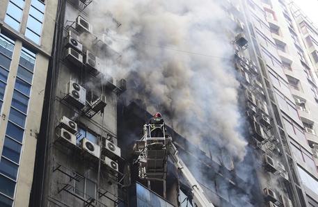 Incendio in un grattacielo a Dacca: persone si gettano dalle finestre
