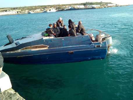 Piccola imbarcazione giunge a Lampedusa con 11 migranti$