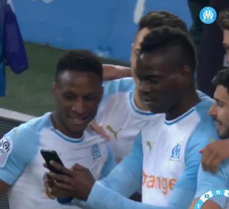 Mario Balotelli segna e festeggia il gol in diretta social