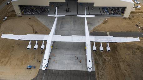 Il primo volo dell'aereo più grande del mondo in California
