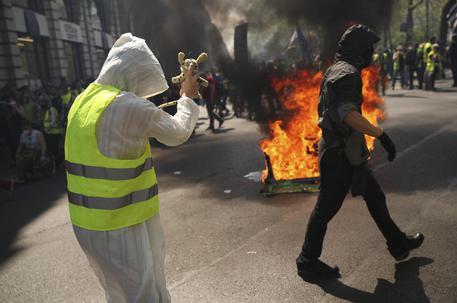 Parigi è blindata, 70 fermi tra i gilet gialli