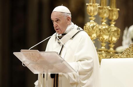 Papa: superare chiusure e paure, denaro non è senso vita