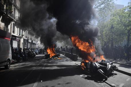 Gilet gialli Parigi, primi scontri: 23esimo sabato di proteste