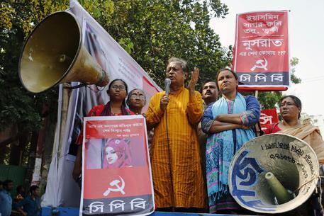 Bangladesh:bruciata viva dopo denuncia molestie, 16 condanne