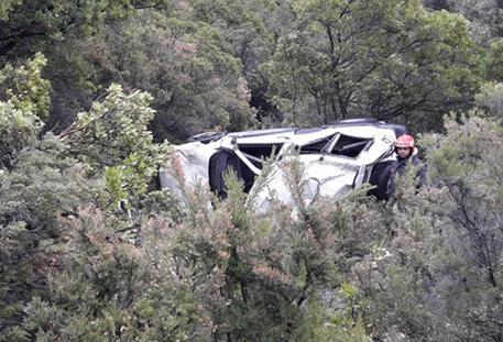 Auto in scarpata: un morto e un ferito