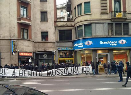 'Onore a Mussolini', striscione vicino piazzale Loreto a Milano © ANSA
