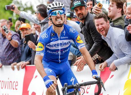 Ciclismo, Giro del Delfinato: Alaphilippe vince all'ultimo respiro. Adam Yates resta leader