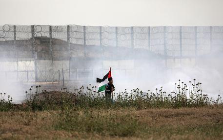 Gaza, palloni incendiari verso Israele. L'esercito risponde con due razzi sul Neghev