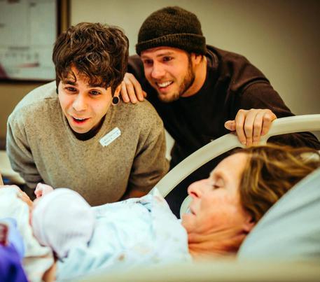 Nebraska, partorisce a 61 anni la bimba del figlio gay