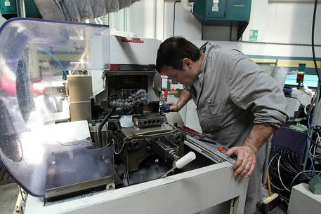 Un operaio metalmeccanico al lavoro © ANSA