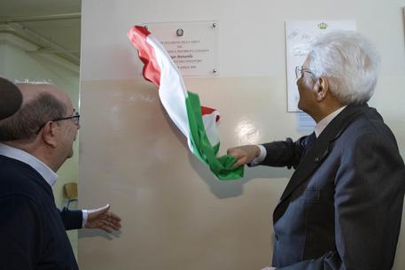 Mattarella visita un campo profughi in Giordania