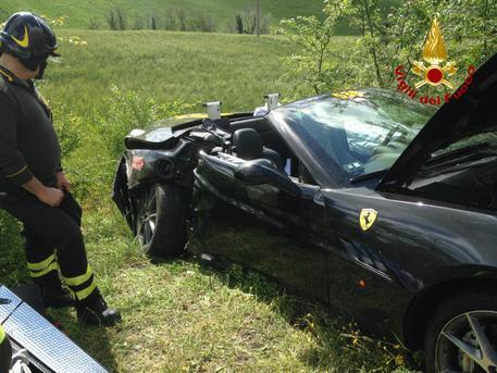 Scontro tra due Ferrari alla Mille Miglia: bolidi distrutti, ferita una donna