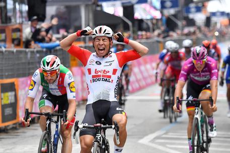 Giro d'Italia, a Pesaro vince Ewan: battuto Viviani