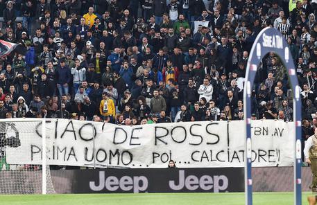 Striscione all'Allianz per De Rossi: