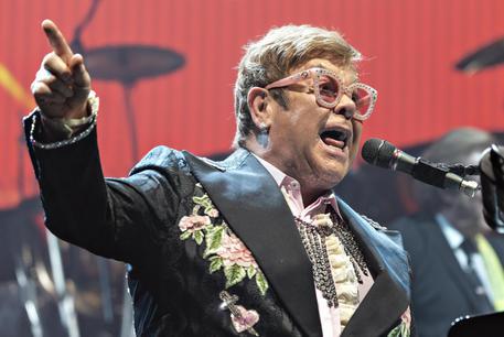 Elton John ha l'influenza, annullato il concerto a Verona