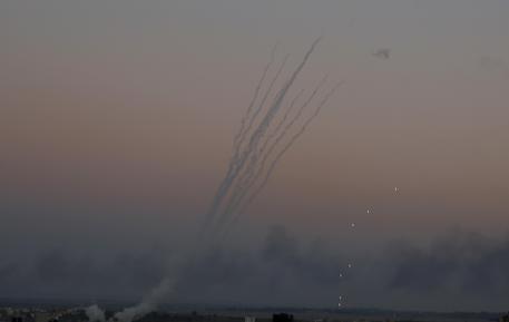 Decine di razzi lanciati da Gaza contro Israele