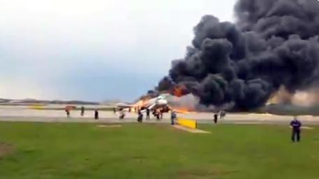 Aereo dell'Aeroflot atterra e prende fuoco, un morto nell'aeroporto di Mosca