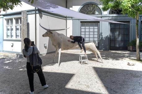 Art Basel, bambino distrugge la scultura di Katharina Fritsch
