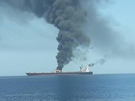 Cosa sappiamo sulle due petroliere a fuoco nel Golfo di Oman
