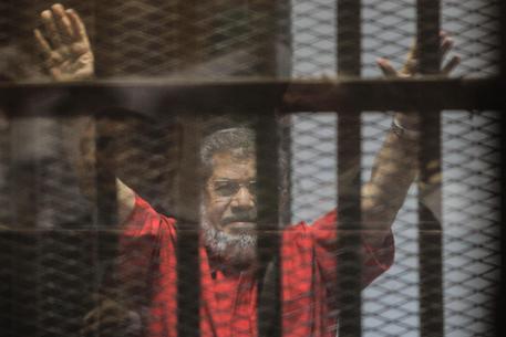 Egitto: l'ex presidente Morsi morto per infarto in udienza. Stato di allerta