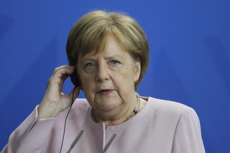 Paura per la Merkel, scossa da tremori incontrollabili durante una cerimonia VIDEO