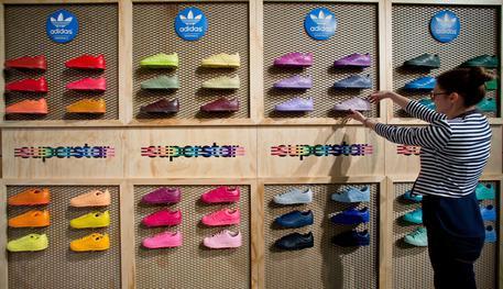 Adidas, tribunale Ue conferma nullità del logo