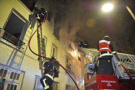 Tre morti nell'incendio in un palazzo a Parigi