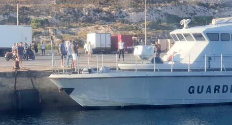Lampedusa, proseguono gli sbarchi $