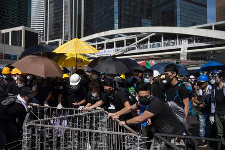 Hong Kong: manifestanti tentano irruzione in parlamento