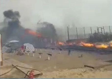 In fiamme molti lidi alla Plaia di Catania, bagnanti scappano dal mare$