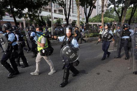 Hong Kong: nuove manifestazioni e incidenti con la polizia