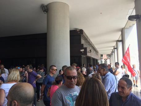 Aias: sit-in dipendenti in Consiglio